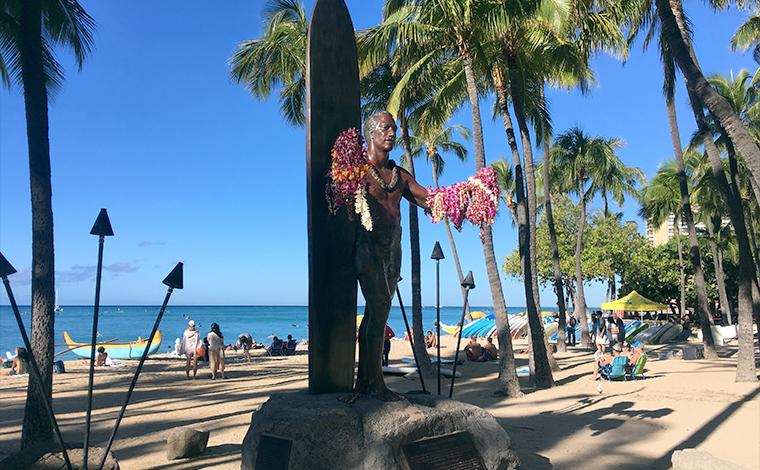 ワイキキビーチに立つ、デューク・カハナモク像