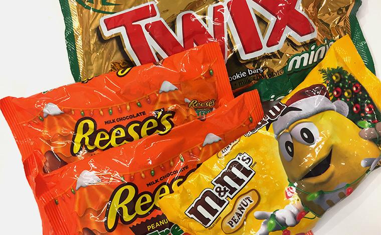 定番お菓子もクリスマス仕様で華やかに<br /> M&M'S$5.99、Reese's$5.49、TWIX$6.59