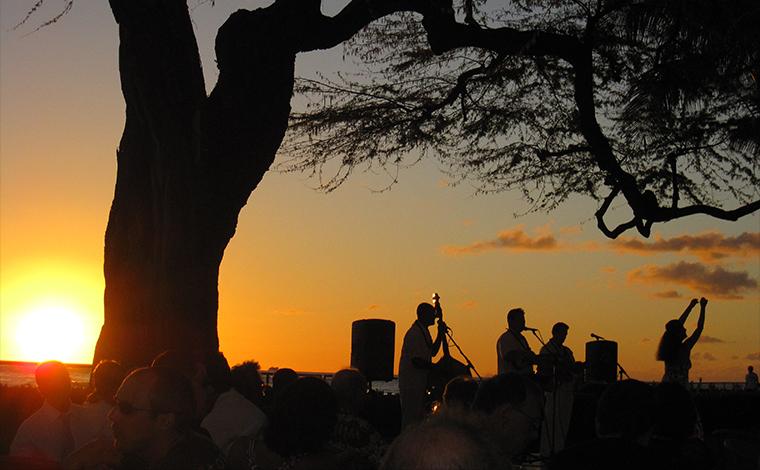 オアフ島でのサンセットフラ。樹齢100年以上と言われるキアヴェの木の下、幻想的なステージが繰り広げられます。