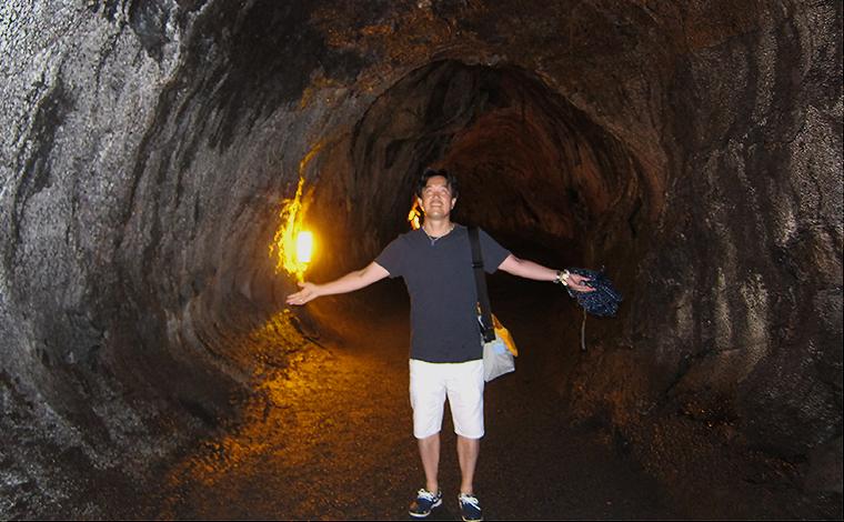 ハワイ火山国立公園内にある溶岩トンネル、サーストン・ラバ・チューブにて。パワースポットのひとつとしても人気です。<br />