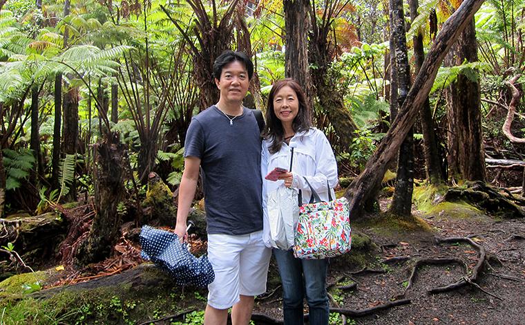 ハワイ火山国立公園にて。火山によって作り出された変化に富んだ自然は、オアフ島とはまた違った魅力にあふれています。