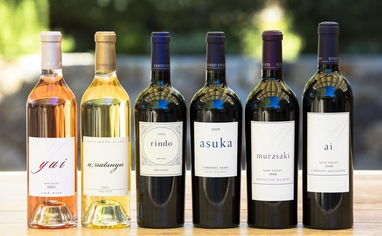 ケンゾー エステイトの上質なワインのラインナップ。メインブランドである「紫鈴 rindo」は、完熟した果実のアロマが心地良く鼻腔を擽り、優しく豊かな果実味ときめ細かくなめらかなタンニンがバランスよく広がります。