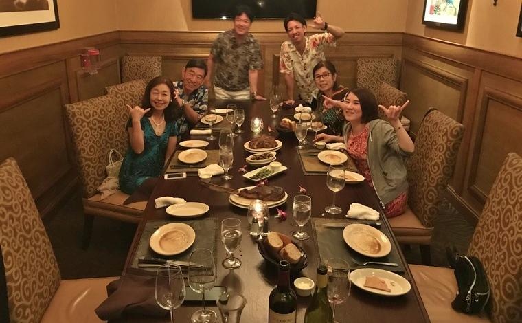 ホノルルの人気レストラン「ルースズ・クリス・ステーキハウス」にて。6名用個室の利用でプライベートパーティのような雰囲気に。