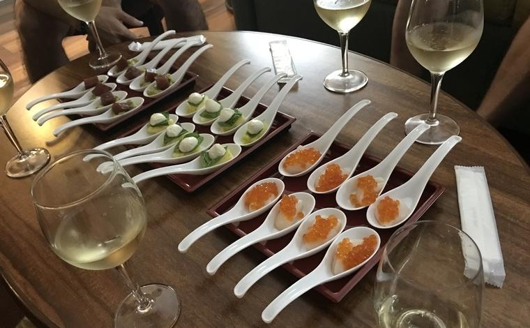 マグロのポキ&ワカモレ、パイナップルのカプレーゼなどハワイならではのアレンジを加えた柳澤さまお手製の前菜。日本から持参したレンゲを用いておしゃれに。