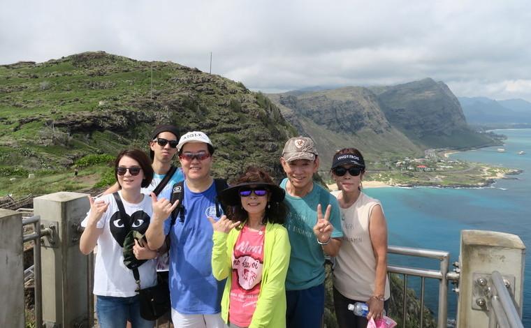 柳澤さまご夫婦と奥様のお姉様ご夫婦&甥御さまご夫婦、計6人でマカプウ岬へ。青い海と緑のコントラストが美しい絶景スポットです。