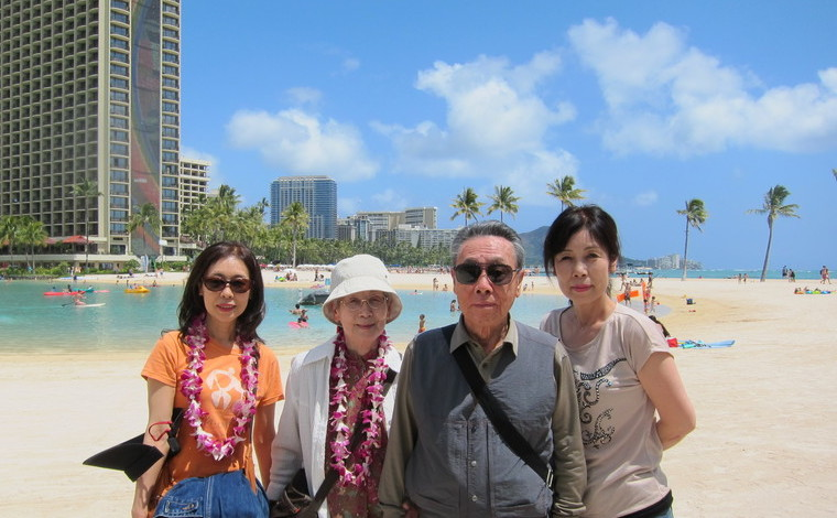 何度も一緒にハワイを訪れているという柳澤さまご夫婦と奥様のご両親。青い海と空、そして爽やかなブリーズが大のお気に入り。