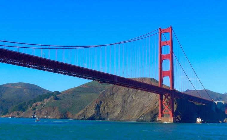 サンフランシスコ湾とゴールデンゲート海峡を結ぶ「ゴールデンゲートブリッジ」。全長2,737メートルにも渡ります。<br /> <br />
