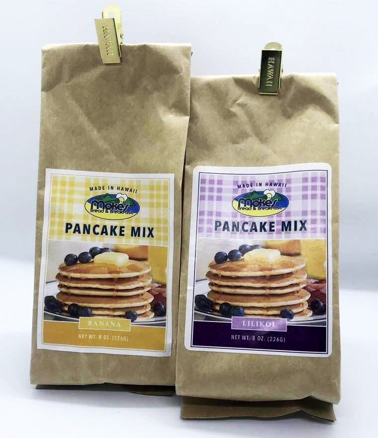 Moke's Bread &Breakfastカイルア店で販売されているパンケーキミックス バナナ(右)/リリコイ(左)。<br /> 定番でない珍しいフレーバーが人気。各$5<br /> <br />