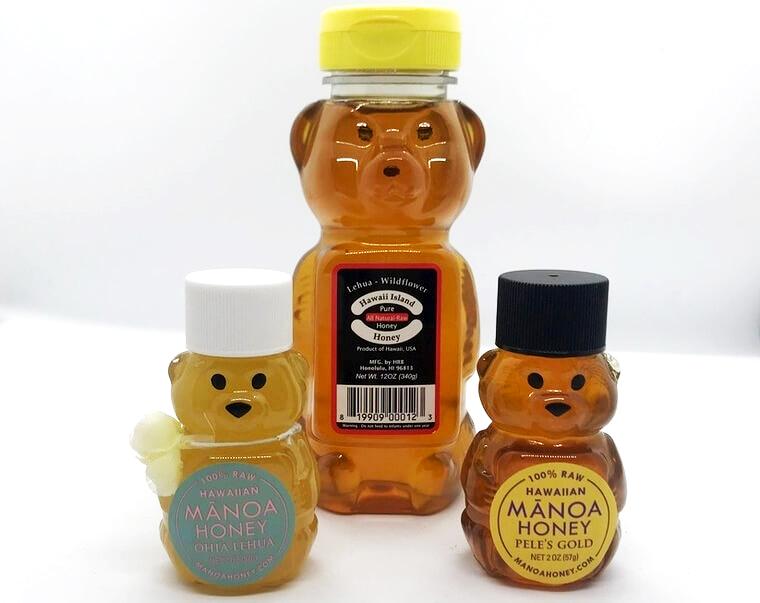 クマの形がかわいいハチミツはプラスティックなので割れる心配がありません。<br /> ハワイアイランドハニー(340グラム)各種$9.79〜<br /> マノア・ハニーカンパニー ハチミツ各種$3.80〜