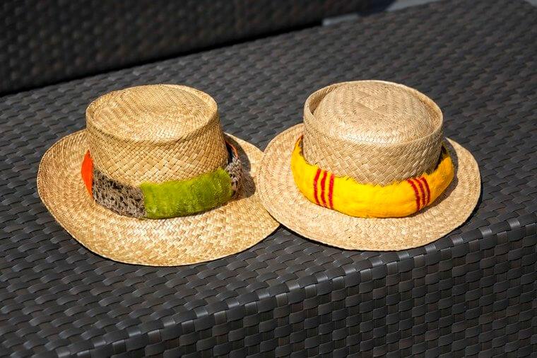 バケーションには必ず持参されるというラウハラ細工のお帽子はトレードマーク。ハットバンドは、安東様ご自身がハワイで習得して自作したものだとか。この帽子をきっかけに地元の人と会話が弾むことも。