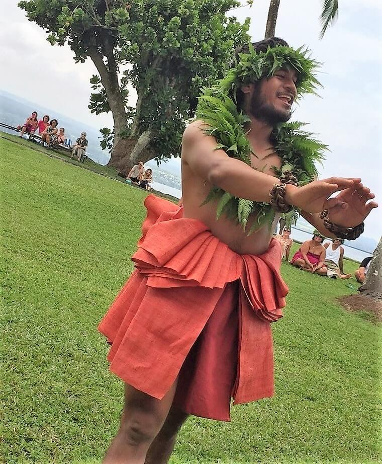 カヒコの男性ソロ。もともとフラは男性しか踊ることが許されなかったとか。