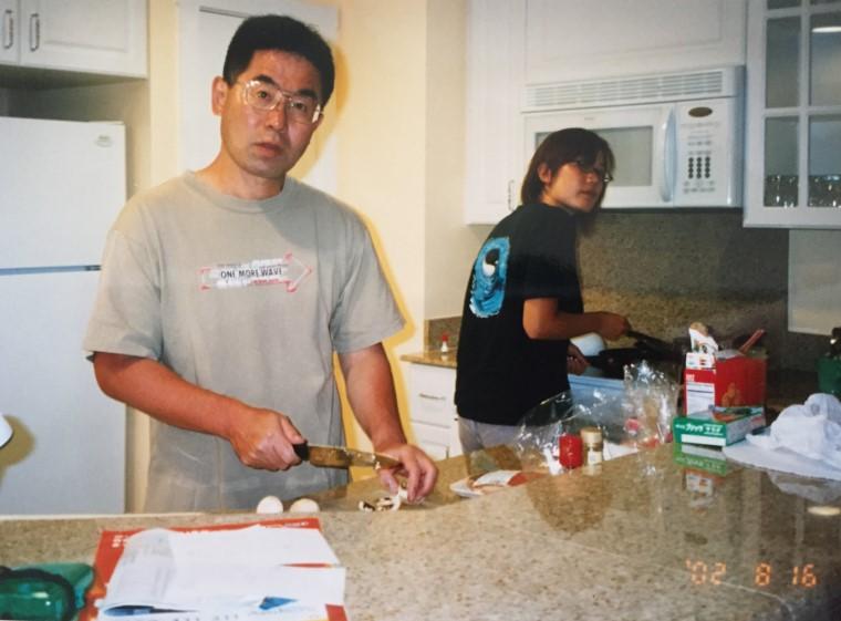 16年前のお写真。岩嗣さまやお嬢様も率先してキッチンに立ち、ご家族みんなで食事を作られたのだとか。