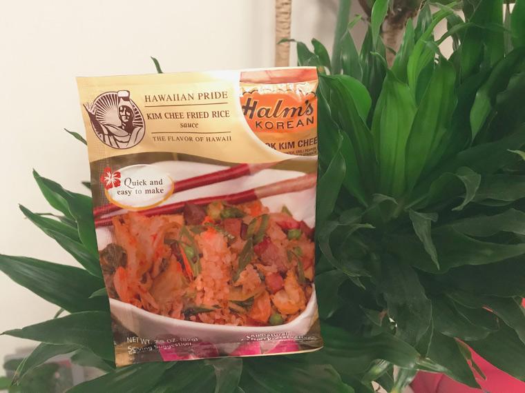 ハワイのローカルに人気のキムチ味。「ハワイアン・プライド」は使い勝手が良く、ご飯を炒める時に混ぜるだけ。$1.48(ウォルマートにて)<br />