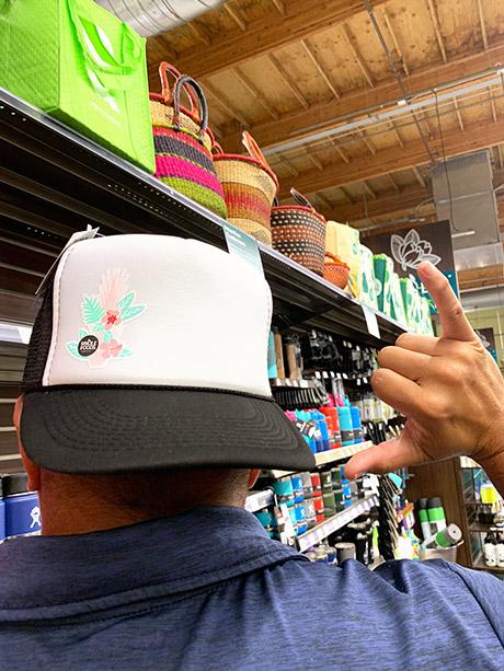 さりげないホールフーズのロゴがオシャレなキャップはユニセックス用$19.99(カイルア店にて)