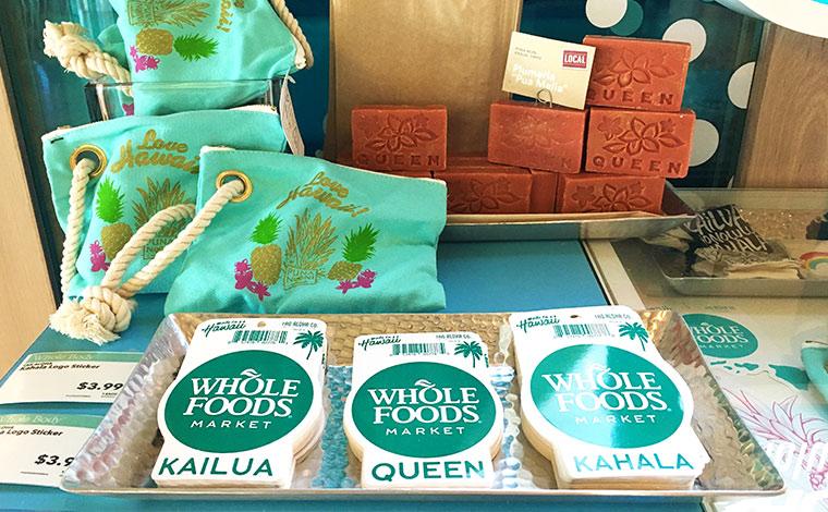 ホールフーズのロゴ入りステッカーは、ハワイ諸島の地図が描かれたものや、ヤシの木のモチーフを大きくあしらったものなどもあります。$3.99