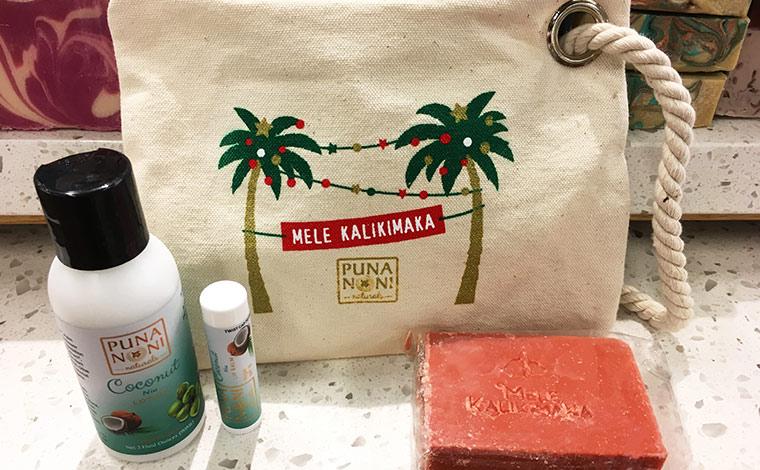 ハワイ限定&クリスマス限定のMELE KALIKIMAKA(ハワイ語でメリークリスマスの意味)。リップ、ソープ、ミニボディクリーム入りです。$21.99カハラ店にて