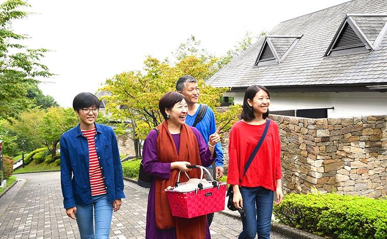 四季折々の豊かな自然を満喫できる、ヒルトン小田原リゾート&スパ本館棟からの遊歩道。