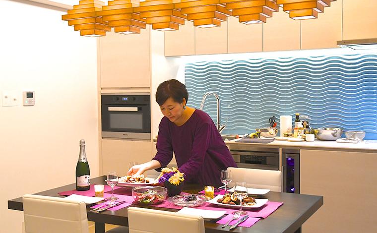 ペーパーナプキンやテーブルランナーなど、持ち運びやすいアイテムでカラフルな食卓に