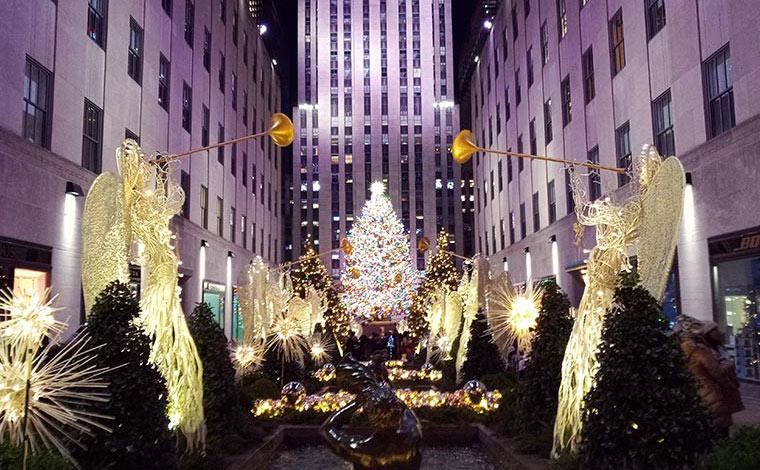 ニューヨーク高層ビルの代表格ともいえるロックフェラーセンターでは、毎年巨大なクリスマスツリーが飾られ、冬の風物詩になっています。