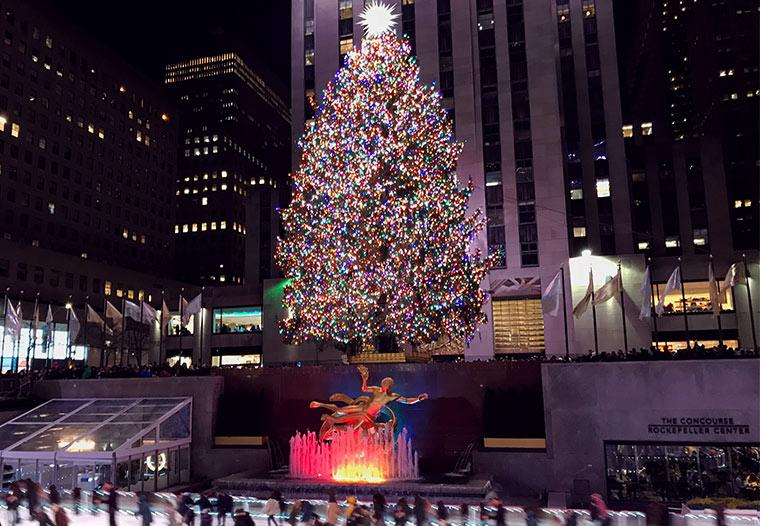 ロックフェラーセンターを彩るクリスマスツリーの前に設置されるアイススケートリンク。
