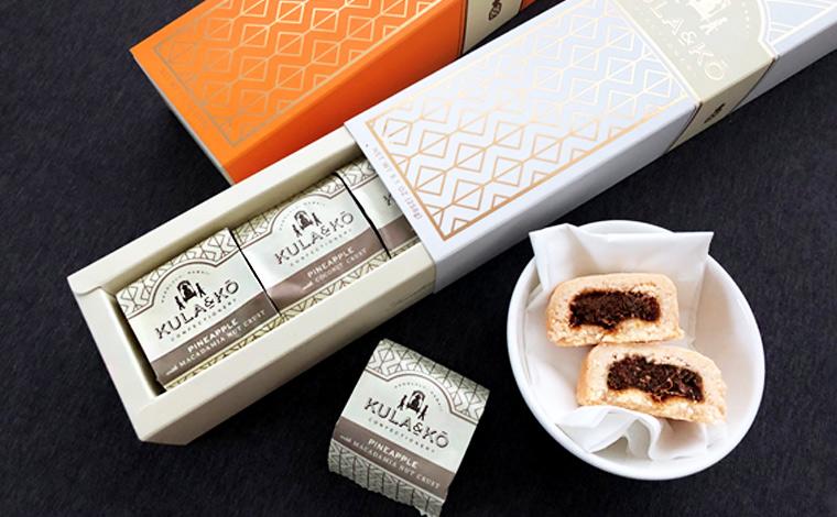 ケーキバーは全部で3種類のフレーバー(バター、マカデミアナッツ、チョコレート)。店内で試食も可能です。<br /> 1箱6個入り$18.95、3種類のフレーバーがひとつずつ入ったミックスノックス(3個$10.95)も人気。