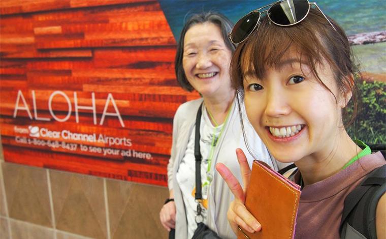 空港到着の1コマ。宮本様が手に持っているのは自作のレザー製パスポートケース。今回の旅に臨み、お母様とお揃いで作られたのだとか。