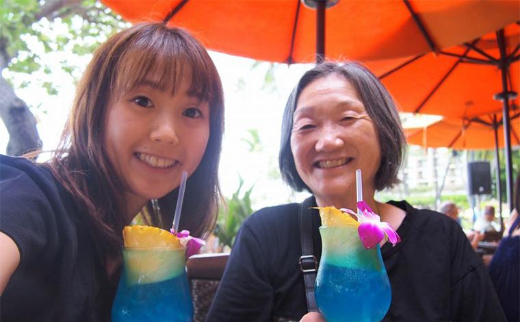 ヒルトン・ハワイアン・ビレッジ内では、人気の「トロピックス・バー&グリル」でブルーハワイを堪能