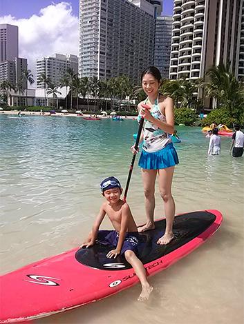 幼い頃は海をこわがっていたというご子息も、今やすっかりハワイのとりこに