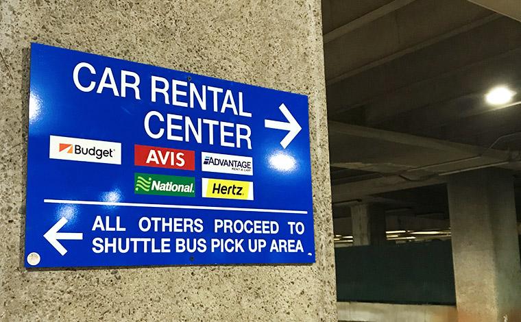※この案内板にある5社がダニエル・K・イノウエ国際空港(ホノルル空港)敷地内に、貸し出し場所を置いています。