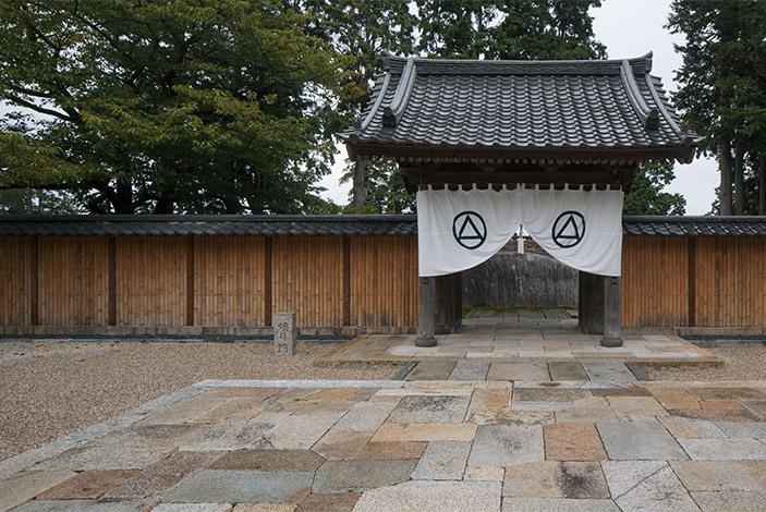写真提供:明月門 ©小田原文化財団/Odawara Art Foundation