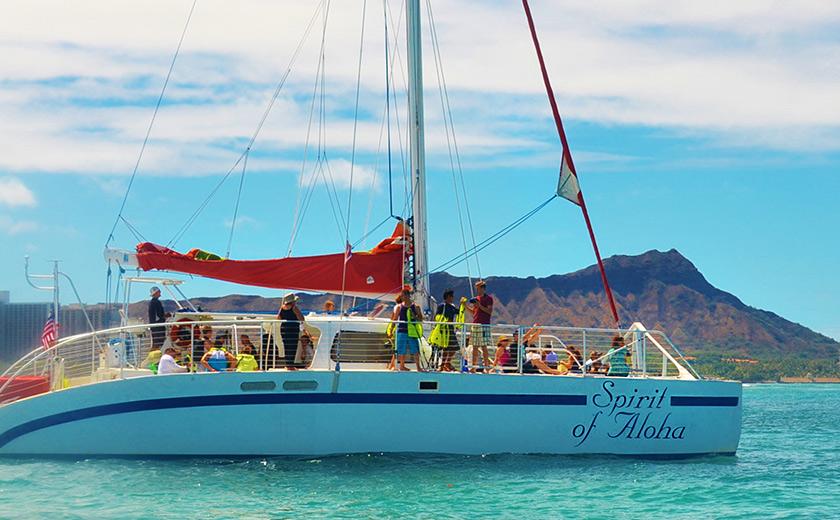 極上サンセットと花火を楽しむ ハワイの海を爽快クルーズ!