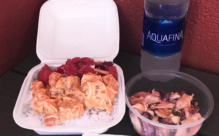 醤油アヒとスパイシーアヒのポケボウル(2種で10.50ドル)とタコポケのみそ味(1/4パウンドで4.25ドル。