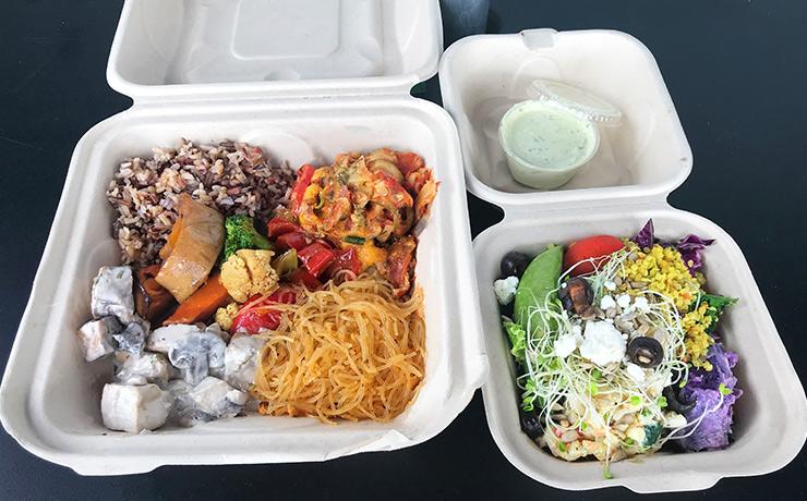 好きなものを好きな量、選べます。主食や主菜、サイドメニューをいろいろ選んで、1パウンド10.99ドル。