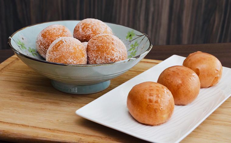 """写真提供:Zippy's<br /> Mochisada(Sugar & Glazed) $1.95 もち粉を使用したオリジナル・マラサダ """"モチザダTM"""""""