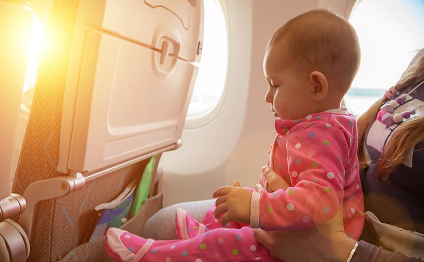 お子様連れフライトも快適に!元CAが紹介する事前対策と機内での過ごし方