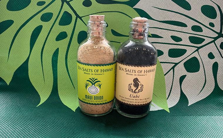 色味もキレイなシーソルト。右のブラックシーソルト「ウアヒ」はココナッツの炭の色。