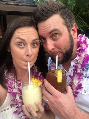 ハワイのハネムーン。ヒルトン・ワイコロア・ビレッジにあるオーシャン・タワーでドリンクを楽しむ新婚夫婦。