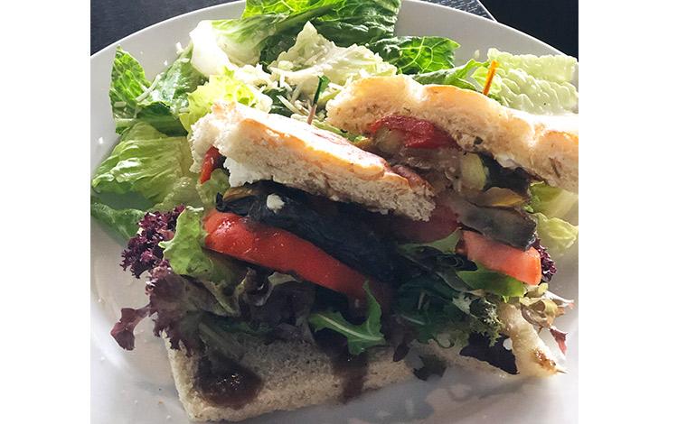 野菜たっぷりのベジタブルサンドイッチ。