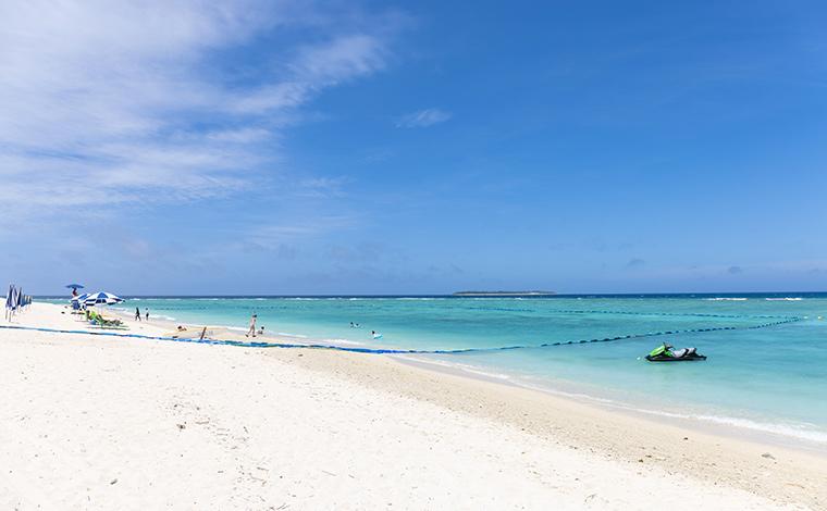 県内屈指の透明度の高さを誇る瀬底ビーチ。奥に見えるのは水納島。