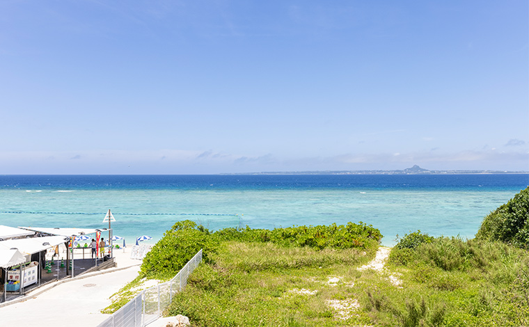 瀬底ビーチの、こちらの角度から見えるのは伊江島。