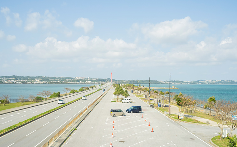 両側を海に挟まれて、気持ちよくドライブできる海中道路。