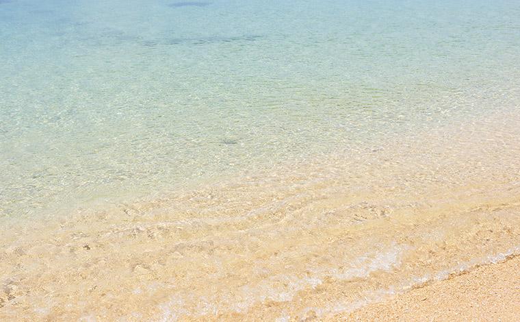 驚くほどの透明度を誇る大泊ビーチ。