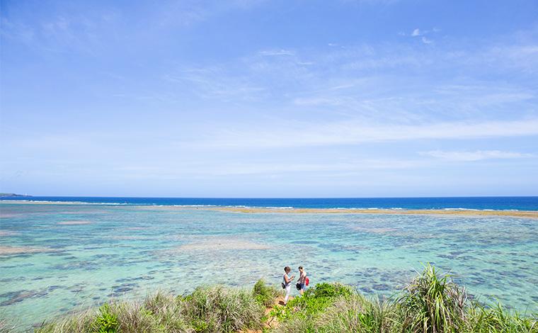 崖の先端まで行って、少し後ろから撮影すれば、一面海に囲まれた絶景写真が撮れます。