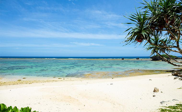未舗装の枝分かれした道を右に行くとたどり着く天然のビーチ。