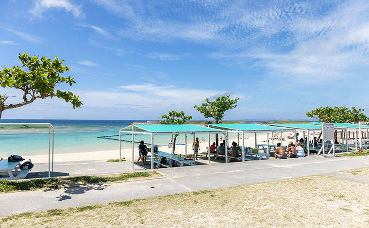 ビーチ前にズラリと並んだテントの下でビーチパーリーを楽しむ。