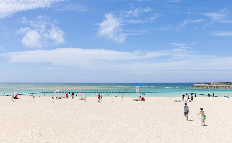 那覇からもほどちかく、シャワーやトイレなどの設備も整っているので、観光客のみならず地元民にも人気のトロピカルビーチ。