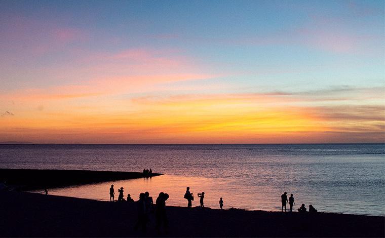 トロピカルビーチは絶好の夕日スポット。水平線に沈む太陽をゆっくりと眺める。