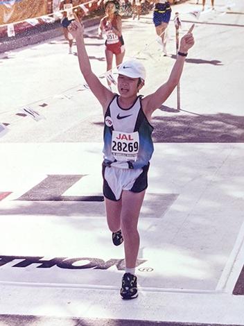 1998年ホノルルマラソン、部門別8位入賞時の写真